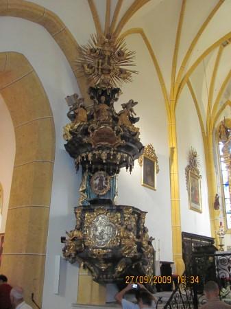 Baročna prižnica iz leta 1761. je okrašena s štirimi evangelisti in prizori iz Jezusovega življenja.