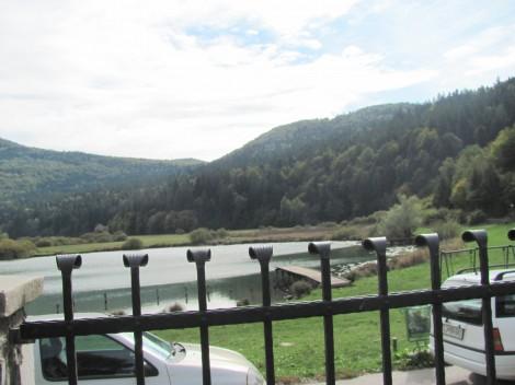 Pogled na Podpeško jezero, s terase gostišča.
