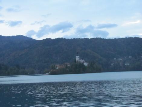 Na blejski otok in jezero se spušča mrak.