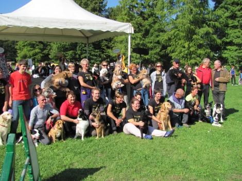 Ekipa psov in njihovih vodnikov, ki so nas prav lepo zabavali.