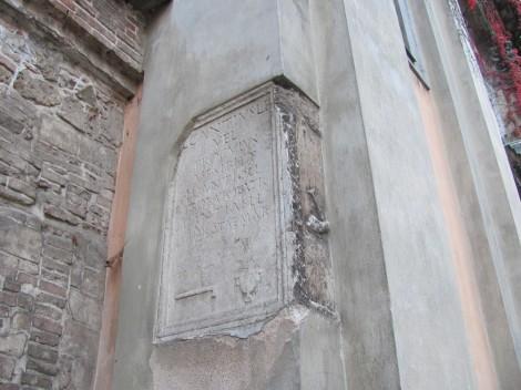 Rimska spolija vzidana na Križevniško cerkev.
