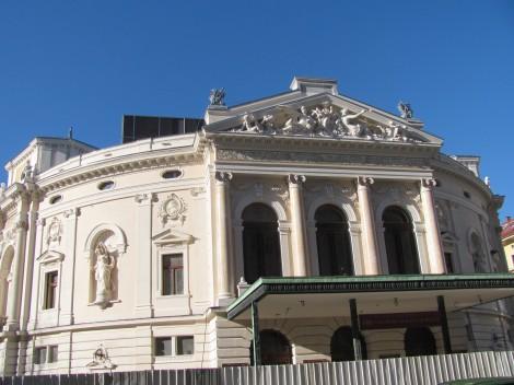 Pročelje ljubljanske opere je znano tudi po kipih Alojza Gangla.