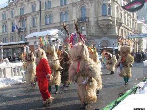 Skupina podgorskih kurentov prihaja na Prešernov trg v Ljubljani.