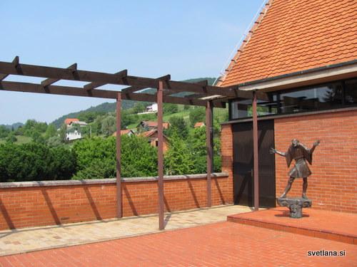 Terasa galerije Antun Augustinčič in kip Branka Gavelle (gledališki režiser in pedagog)