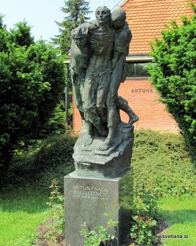 """""""Prenašanje ranjencev"""" nagrobni spomenik kiparja Antuna Augustinčiča in njegove žene Nade"""