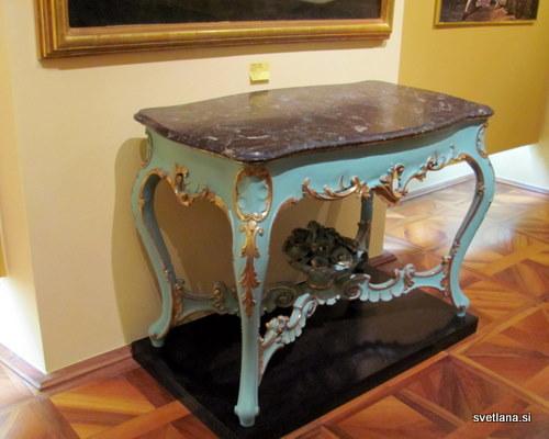Čudovita baročna mizica v dvorcu Oršič