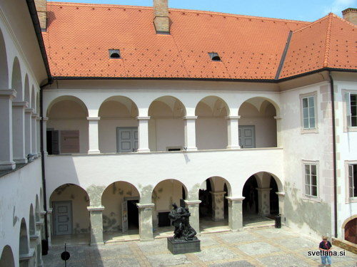 Dvorišče dvorca Oršič in spomenik Petrica Kerempuh s kitaro (znani lik iz Balade o Petrici Kerempuhu, pisatelja Miroslava Krleže)