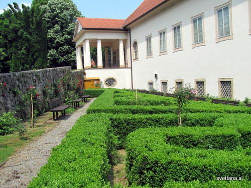 Na južni strani dvorca Oršič je lepo urejen park, portal z dorskimi stebri je bil dodan v 19. stoletju.