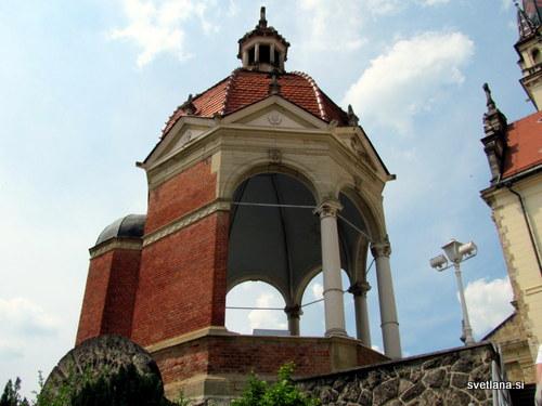 Paviljon ob baziliki