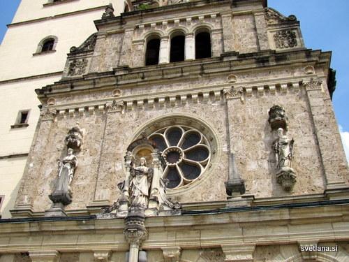 Detajl nad glavnim vhodom v baziliko Matere Božje Bistriške