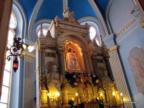 Oltar v baziliki, kip Matere Božje z malim Jezusom.