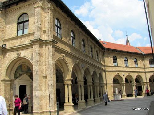 Arkadni hodnik okoli bazilike je poln fresk