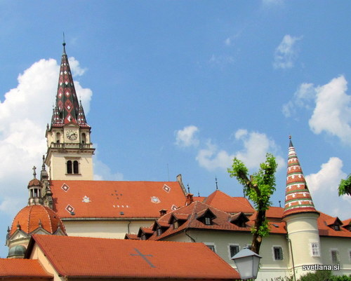 Zvonik in stolpiči so prekriti z raznobarvnimi strešniki