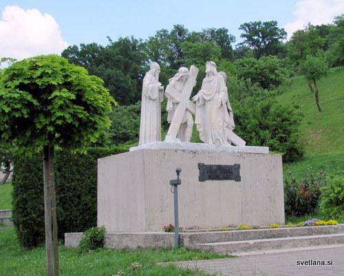 Kipe z versko motiviko je ustvarila skupina hrvaških kiparjev