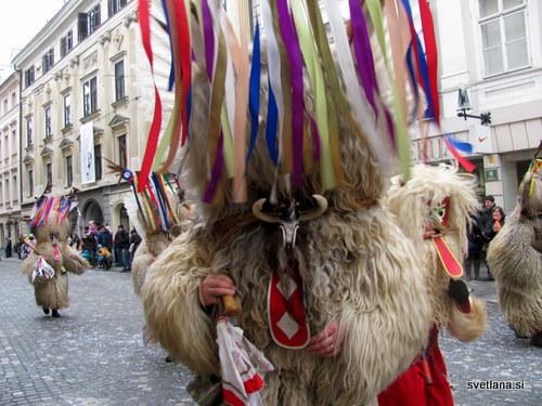 Na glavi kurenta je rilčasti nos, dolg rdeč jezik, zobje iz belega fižola, sirkovi brki, na vrhu pa ima polno barvnih trakov iz papirja.