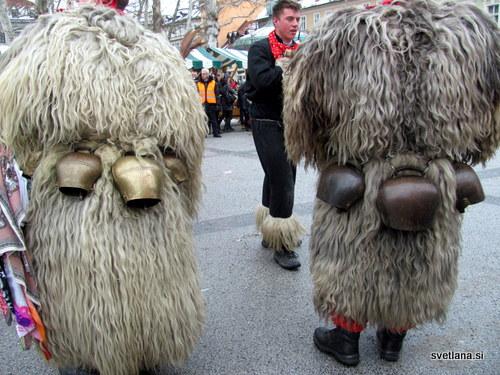 Glavna oprava kurentov je pet nič kaj lahkih kravjih zvoncev, ki so uglašeni in pri plesu povzročajo tak hrup, da zimo na smrt prestrašijo :)