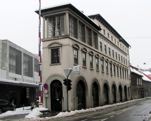 Trikotno zgradbo, ki spominja na likalnik, so postavili leta 1935 po načrtih arhitekta Jožeta Plečnika