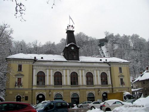 Zgradba na Krekovem trgu je bila nekoč Mestni dom, danes v njej domujeta Lutkovno in Šentjakobsko gledališče