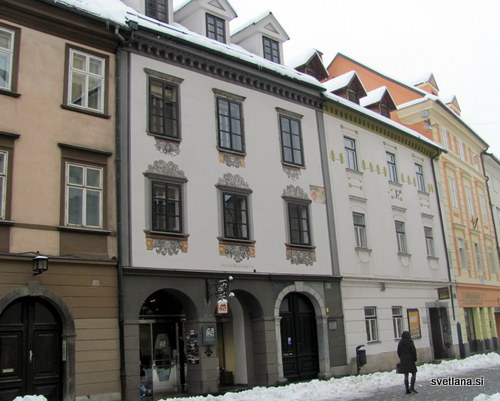 Dvonadstropne hiše nasproti Stolnice se imenujejo duhovniške hiše