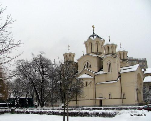 Pravoslavna cerkev v Ljubljani. Stekleni kvadrat za cerkvijo pa je njen novi prizidek