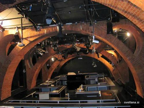 Kletna dvorana v Baragovem semenišču je bila skladišče za kurjavo. Tudi ta del je po Plečnikovo natančno izdelan. Danes so tudi tu manjše gledališke predstave.