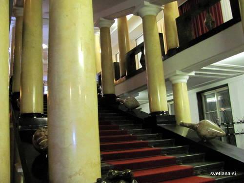 Veličastno Plečnikovo stopnišče s stebri je prvotno vodilo v veliko kapelo, danes je to Festivalna dvorana. Skulpture, ki so ob strani niso Plečnikova zamisel in so dodane kasneje