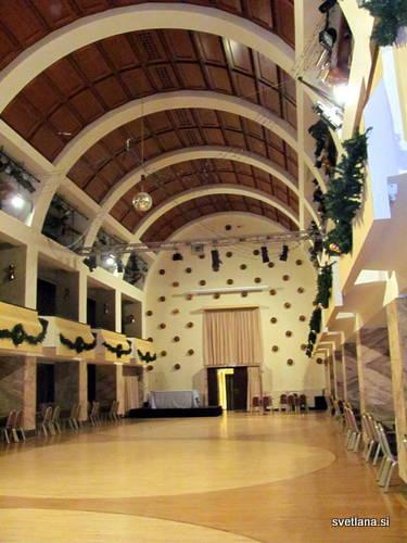 Prostor, ki zavzema dve nadstropji je bil načrtovan kot kapela, po Plečniku