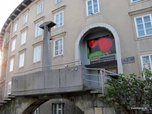 Vhod v Baragovo semenišče, ki je obrnjeno proti Navju, je originalno Plečnikovo delo, razen kandelabra :)