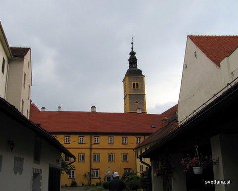 Frančiškanska cerkev in samostan. Cerkev ima najvišji stolp v mestu, 54,5 m.