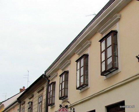 Okna hiše na varaždinski promenadi. Opravljivke so imele vse pod kontrolo :)