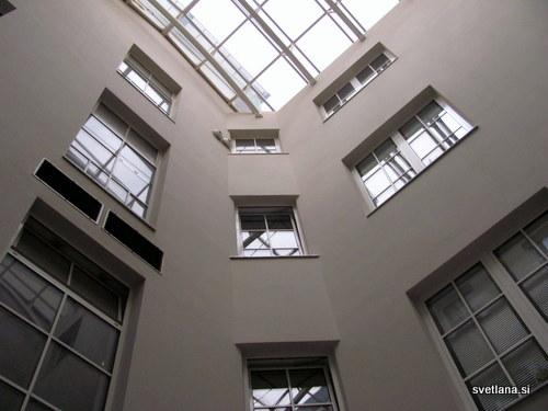 Hostel Tresor, osrednji atrij z visokim stropom in naravno svetlobo je prostor za druženje in klepet.
