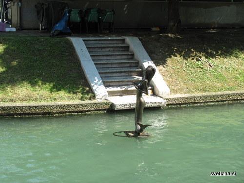 Treviso, deklica v vodi. Kanal med galerijo in otočkom na katerem je ribja tržnica, Pescatori