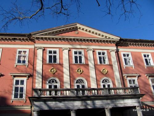 Kazina, grajena od 1834 do 1837, v klasicističnem slogu. Na pročelju so trije medaljoni s simboli kazinskega društva: viteška glava, violina in knjiga.