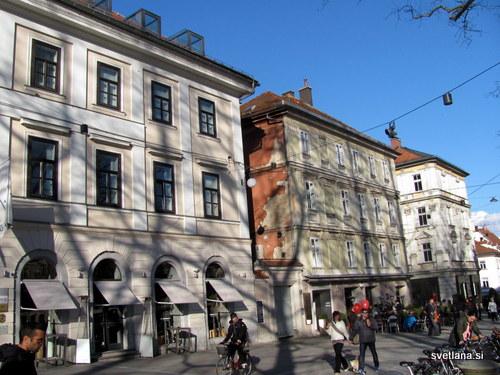 Ovijačeva hiša, Kongresni trg 3 je bila zgrajena leta 1839 na mestu kjer sta stala vrt in hlev. Dvonadstropno stavbo z vrtom je postavil ljubljanski odvetnik dr. Blaž Ovijač. Kasneje je njegova hči hišo zapustila cerkvi, dohodke pa je namenila za cerkev na Brezjah. Nekaj časa je bila tu trgovska šola. Hišo poleg je zgradil Henrik Cetinovič leta 1850.
