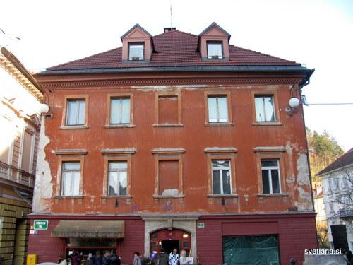 Schmidt Kastnerjeva hiša, Kongresni trg 11. Tu je stala mitnica, ki jo je leta 1763 kupil krojač Trappel, leta 1824 jo je kupil tovarnar in trgovec Schmidt.