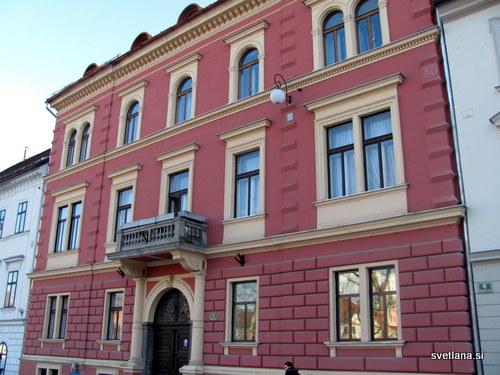 Fischer Elbertova hiša, Kongresni trg 14, je bila dolga leta namenjena gostilniški dejavnosti: 1798nje bila tu gostilna Jakoba Severja, 1853 se je spremenila v kavarno, od 1860 d0 80 pa je Gustav Fischer odprl kavarno in pivovarno kamor je rad zahajal tudi Josip Jurčič