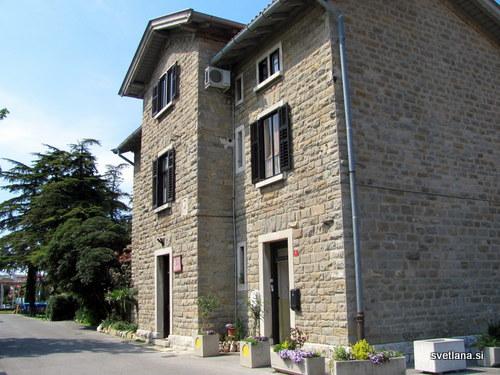 Kamnita hiša ob Bizoviški cesti v Izoli, je bila nekoč postajališče ob železniški progi Parenzana.