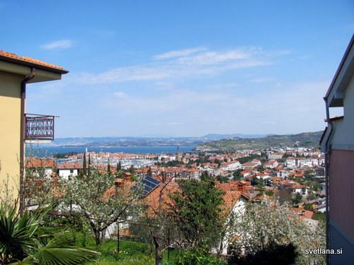 Naselje Jagodje in pogled proti staremu mestnemu jedru Izole.