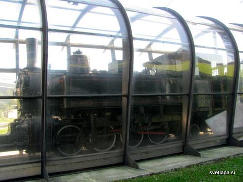 Lokomotiva P (P kot Parenzana) je bila načrtovana in izdelana prav za to progo. Izdelali so jo v Linzu. Njena moč je bila 300 kM, težka pa 28,6 tone. Razstavljena je v parku, blizu ladjedelnice