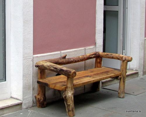 Za kratek počitek, klepet ali branje dobre knjige. Klop na Ljubljanski ulici