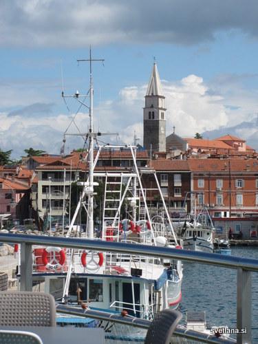 Pogled na hotel Marina iz prvega nadstropja nove plavajoče ribiške kantine