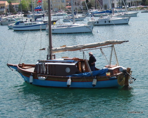 Ribiška ladjica ali pa izletniška. Ne vem, je pa lepa.