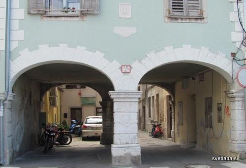 Arkadni loki tega prehoda so iz daljnega leta 1531.
