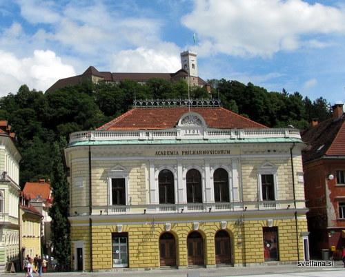 Slovenska filharmonija, v 17. stoletju je bila na tem mestu deželna jahalnica, nato pa Stanovsko gledališče, ki je pogorelo. 1898 je bila zgrajena filharmonija, po načrtih arhitekta Adolfa Wagnerja iz Gradca. Valovita fasada, ki gleda na Ljubljanico, je Plečnikovo delo.