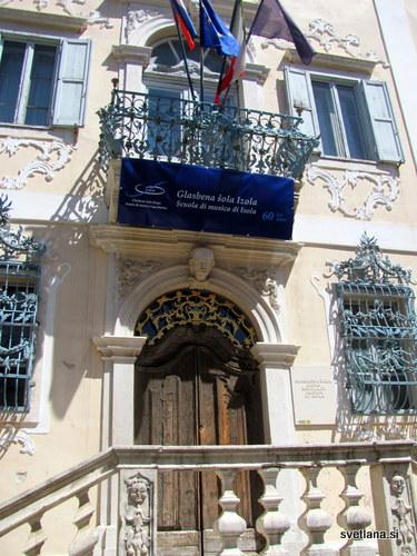 Pročelje palače,nad vhodnim portalom, krasi balkon s kovinsko ograjo