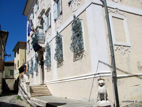 Palača Besenghidegli Ughi in znameniti kamniti lev iz 13. stoletja