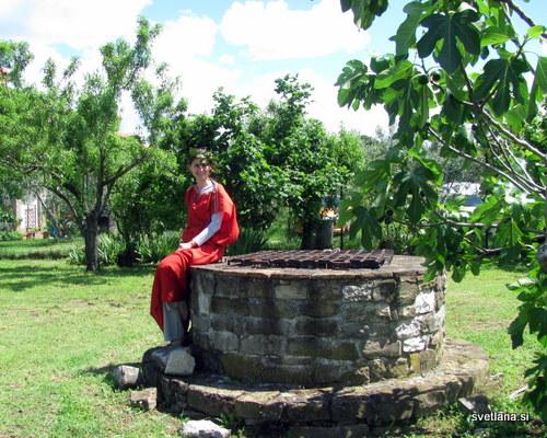 Rimljanka in vodnjak. Zgornji vidni del vodnjaka je iz 50-ih let 20. stoletja, spodnji del    pa je veliko starejši. Rimljanka je iz današnjih časov :)