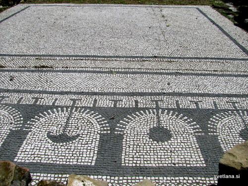 Črno beli talni mozaik vile Maritima v Izoli