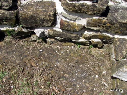 Manj pomembni deli vile so bili tlakovani z glino v obliki ribje kosti