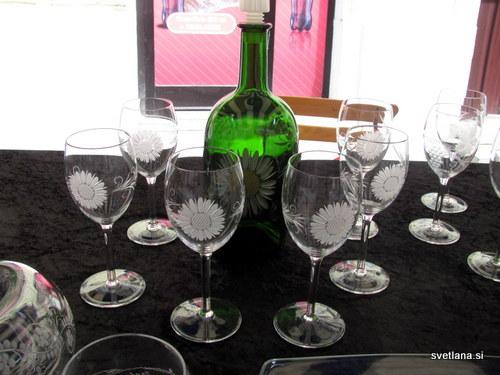 Steklenica in kozarci iz prozornega stekla z gravuro